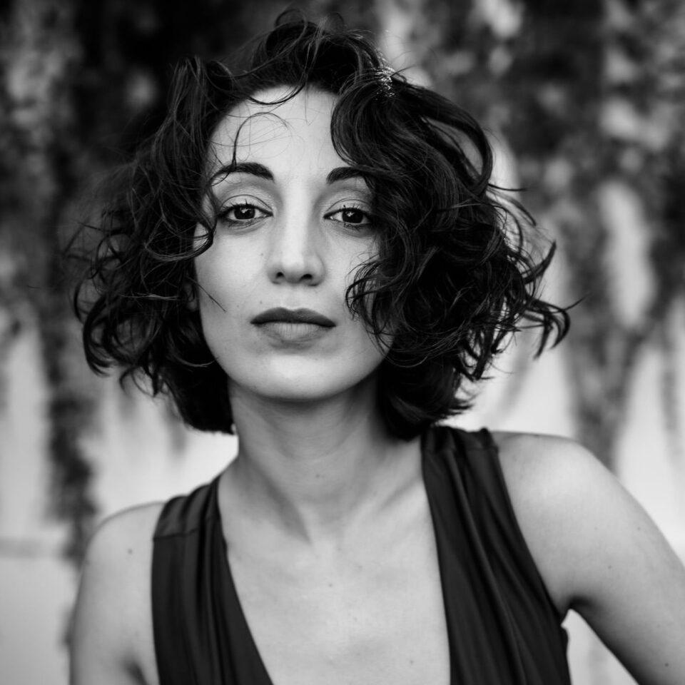 Fotografia portretowa Heleny Ganjalyan. Młoda, drobna kobieta o ciemnych sięgających szyi włosach.