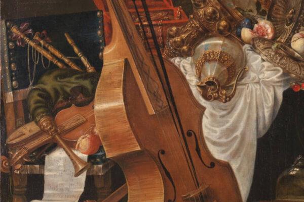 Obrazek przedstawia fragment martwej natury Johanna Friedricha Gruebera. Na pierwszym planie viola da gamba. W tle rozrzucone instrumenty, kielichy, tkaniny.