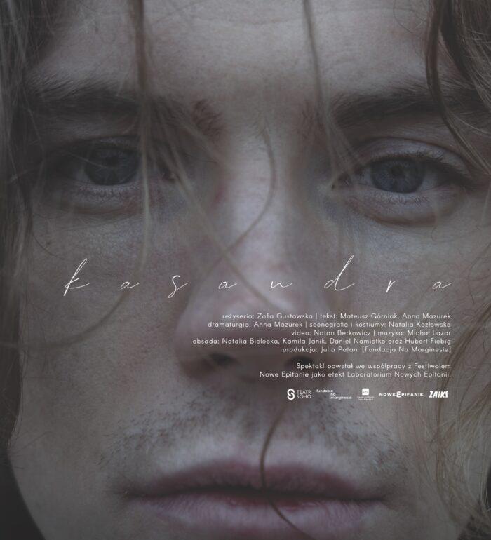 Fotografia - zbliżenie na twarz młodego mężczyzny z lekko zarysowanym zarostem, długimi włosami i jasnymi oczami, o bladej cerze. Na środku tytułspektaklu oraz informacje o twórcach