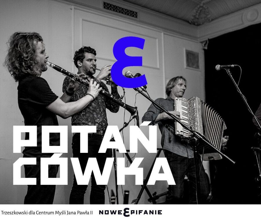 Fotografia - zespół muzyczny w trakcie potańcówki, na zdjęciu umieszczono logo Festiwalu oraz napis Potańcówka